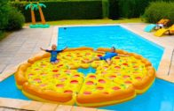 FOODporn.pl PIZZA GÉANTE DANS LA PISCINE ! – Children play with a giant inflatable pizza in swimming pool