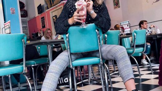 Definitely enjoying my milkshake before it dropped down to the floor  (check my story's to see my reaction ) And I think the girl behind my back don't like my pictures at all       . . . . .                        ...