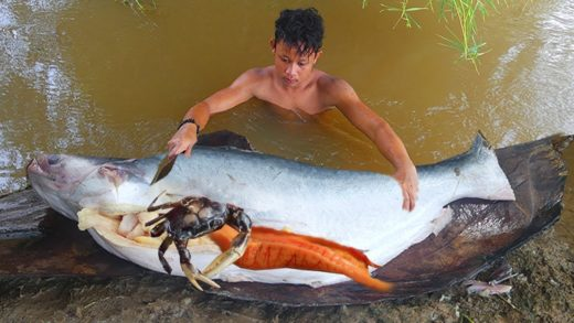 Unbelievable Crabs in Big Fishes & Cooking Simple Fishes Soup Eating Delicious Near River