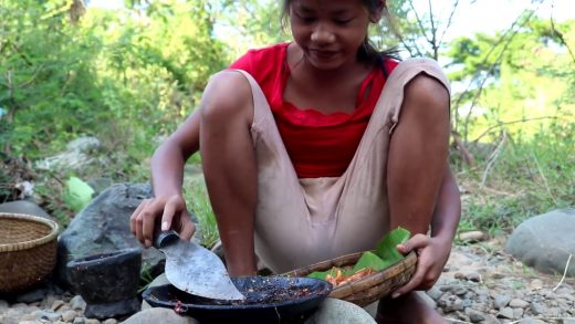 Survival skills: Small shrimp & peppers grilled on clay for food - Cooking shrimp eating delicious